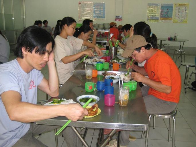 Nhiều doanh nghiệp chưa quan tâm đến chất lượng bữa ăn giữa ca của công nhân Ảnh: HỒNG ĐÀO