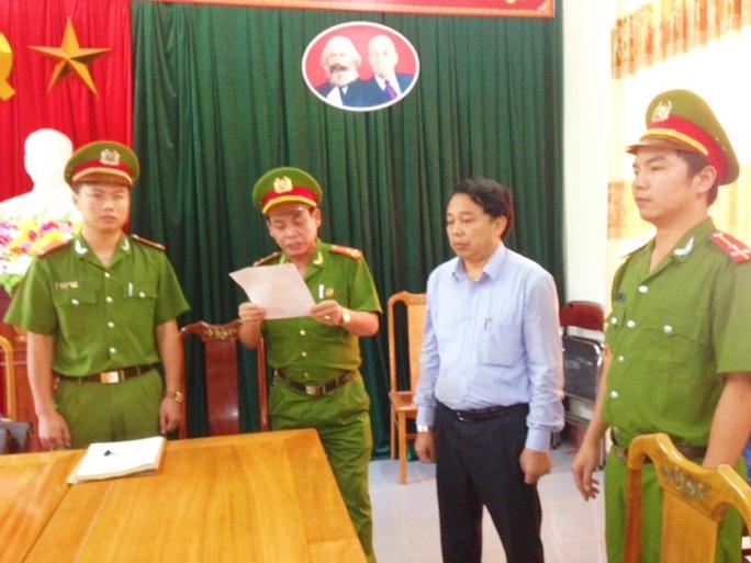 Cơ quan công an đọc lệnh khởi tố bị can đối với ông Nguyễn Văn Bổng