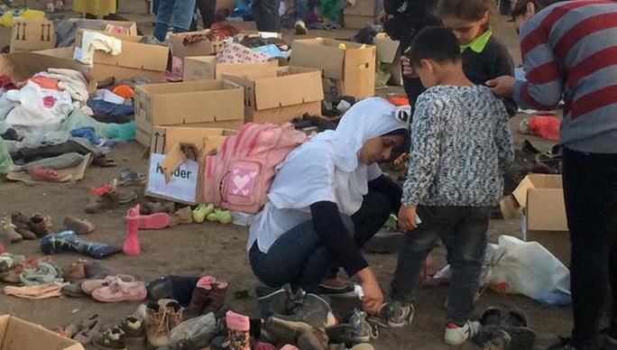 Nhiều vật dụng rác thải bị bỏ lại khu trại tị nạn. Ảnh: BWBreaking