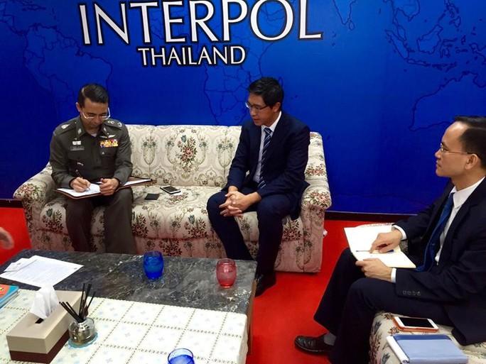 Ông Phạm Thành Nam, Tham tán Công sứ Đại sứ quán Việt Nam tại Thái Lan trong buổi làm việc với Thiếu tướng Apichart Suribunya, Cục trưởng Cục Đối ngoại Cảnh sát Hoàng gia Thái Lan, Tư lệnh Interpol Thái Lan. Ảnh: Đại sứ quán Việt Nam tại Thái Lan