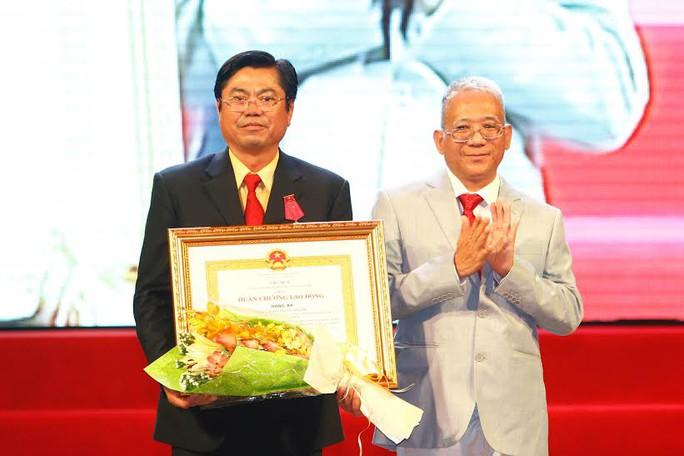 Ông Đặng Phước Thành(bìa trái), Chủ tịch HĐQT Vinasun, nhận trao Huân chương Lao động hạng 3.