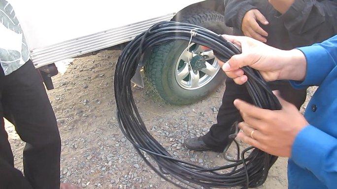 Sợi dây cáp căng ngang đường được công an thu giữ