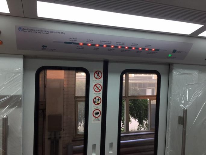 Hệ thống đèn LED trong khoang tàu bằng tiếng Việt khá thuận tiện để hành khách tiếp nhận thông tin - Ảnh: Kim Thành