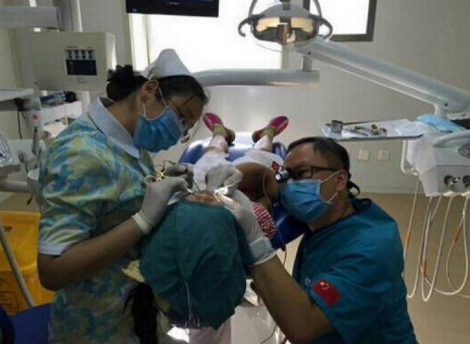 Nha sĩ quỳ gối 40 phút phẫu thuật cho bé gái được khen ngợi