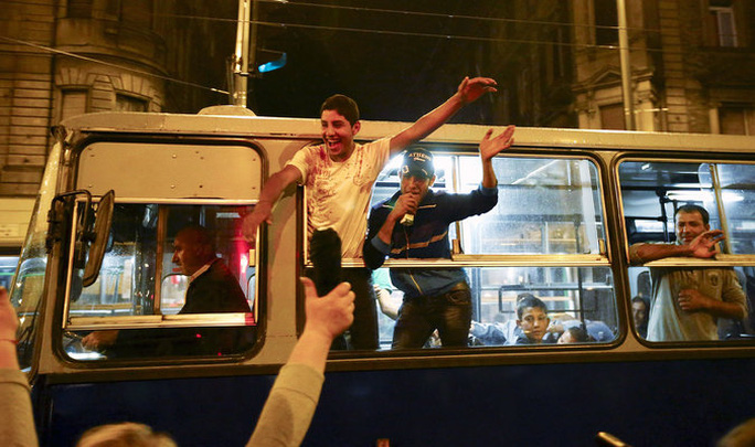 Người di cư được xe buýt chở từ nhà ga Keleti ở Budapest đến biến giới Áo. Ảnh: Reuters