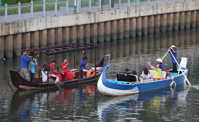 Nhà báo nước ngoài nghe đờn ca tài tử trên kênh Nhiêu Lộc - Thị Nghè