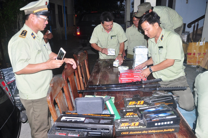 Kiếm, roi điện, súng điện thu giữ trên xe khách Hoàng Long Ảnh: CTV