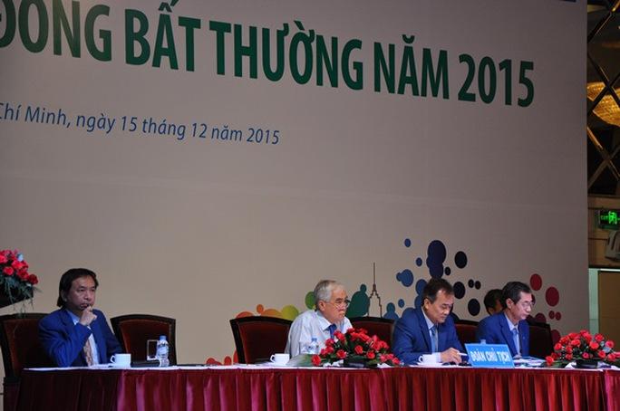 Ông Lê Hùng Dũng, Chủ tịch HĐQT Eximbank (giữa) và các thành viên HĐQT chủ trì đại hội cổ đông bất thường ngày 15-12.