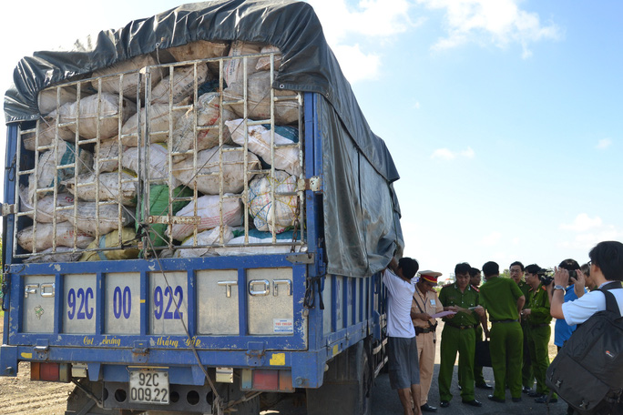 9,3 tấn xương động vật thối, có giòi trên xe tải chuẩn bị đưa vào Nam làm bột nêm - Ảnh: Trung Dung