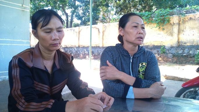 Bà Nguyễn Thị Nhi (mẹ Quyền, áo đen) đau đớn trước cái chết bất ngờ của con