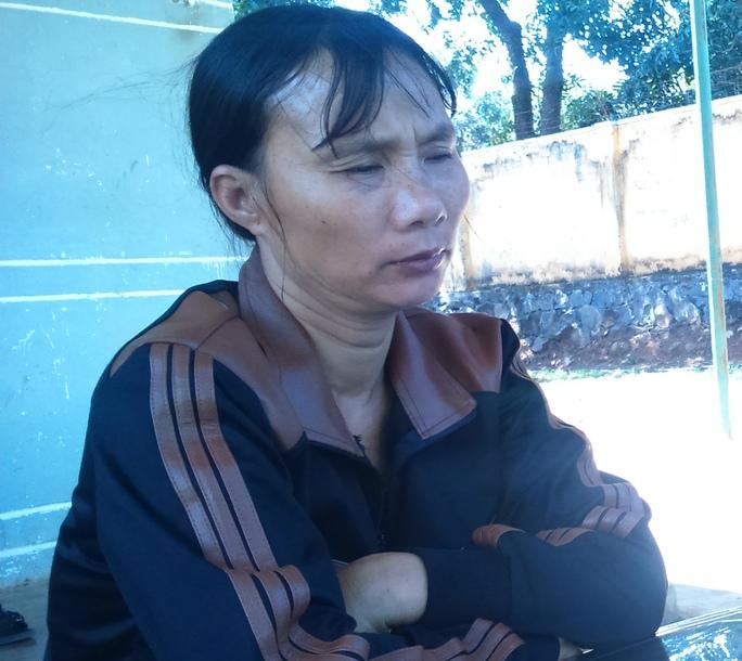 Bà Nguyễn Thị Nhị (mẹ Quyền) đau đớn khi mất con