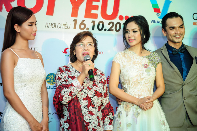 Việt Trinh trẻ trung trên thảm đỏ ra mắt phim mới