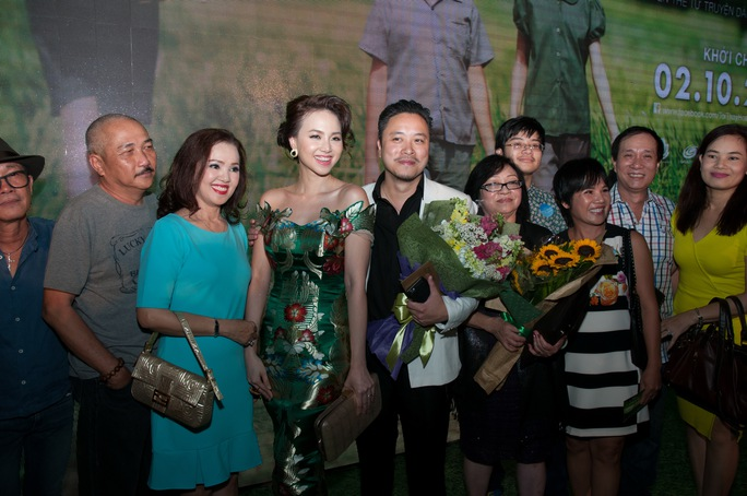 Victor Vũ và Đinh Ngọc Diệp tình tứ trên thảm đỏ