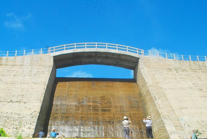Mặt ngoài của hồ chứa nước Thanh Long khô ráo ở phần thân và chân đập.