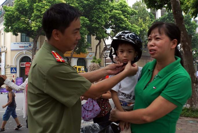 Tặng mũ bảo hiểm đạt chuẩn cho người dân
