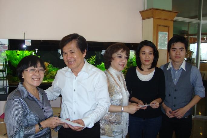 NS Hoài Thanh và Đỗ Quyền, cùng con trai là ca sĩ Hoài Anh Kiệt trao tiền từ thiện cho đạo diễn Nguyễn Hồng Dung, nhà báo Dương Thị Liên Chi, giúp các nghệ sĩ nghèo neo đơn