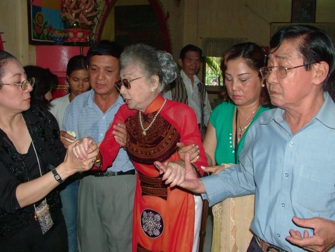 NSƯT Nam Hùng trong ngày lễ mừng thọ của mẹ nuôi - NSND Phùng Há