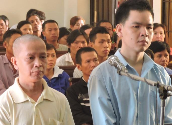 Bị cáo Hoài (áo xanh) và Khanh tại tòa (ảnh: CTV)