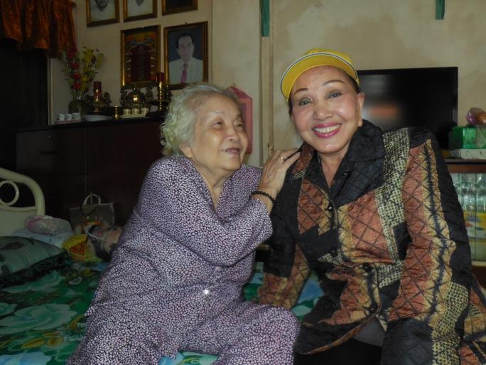 Hồng Nga thăm nghệ sĩ lão thành Kim Giác (vợ cố kép độc Hoàng Giang, chị ruột Ngọc Hương)