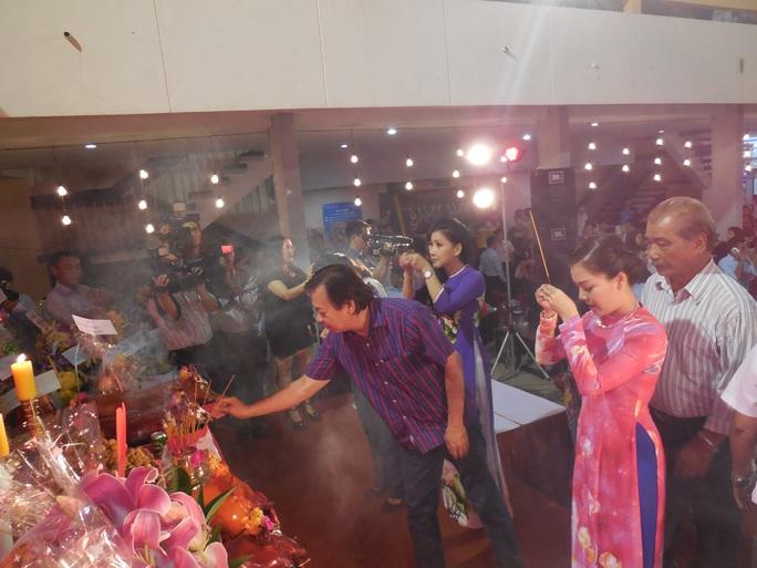 Đạo diễn Trần Ngọc Giàu - chủ tịch Hội Sân khấu TPHCM thắp hương trên bàn thờ Tổ tại Nhà văn hóa Thanh Niên