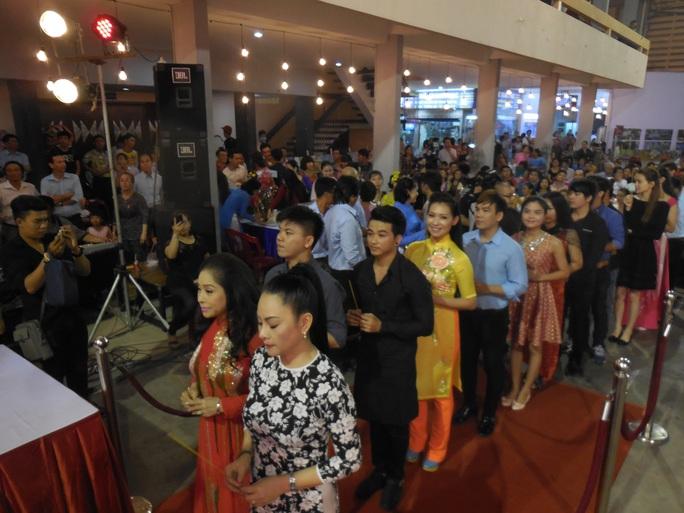 Đông đảo nghệ sĩ xếp hàng chuẩn bị dâng hương tại bàn thờ Tổ được tổ chức tại Nhà văn hóa Thanh Niên