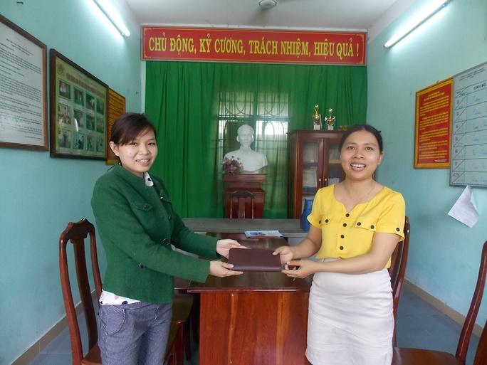 Chị Huỳnh Thị Tiến (áo vàng) trao lại tài sản cho chị Kiều Ảnh: CTV