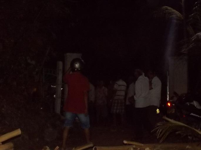 Người dân địa phương tập trung tại nhà nạn nhân giúp gia đình lo tang lễ tối 23-11 Ảnh: CTV