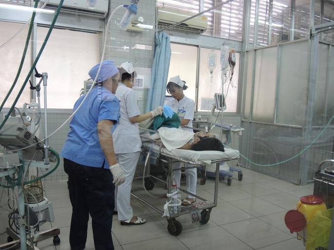 Nạn nhân vụ tai nạn đang được cấp cứu tại Bệnh viện Chợ Rẫy