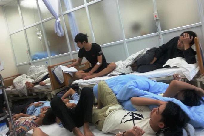 Hàng loạt công nhân của Formosa Hà Tĩnh bị ngộ độc thực phẩm phải nhập viện cấp cứu Ảnh: Lam Hoàng