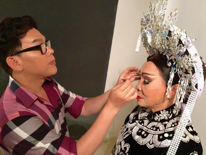 Nghệ nhân Hồ Khanh hóa trang cho nhân vật Dương Vân Nga của NSND Bạch Tuyết