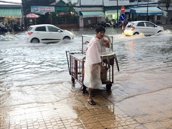 Người dân vất vả mưu sinh khi mưa xuống