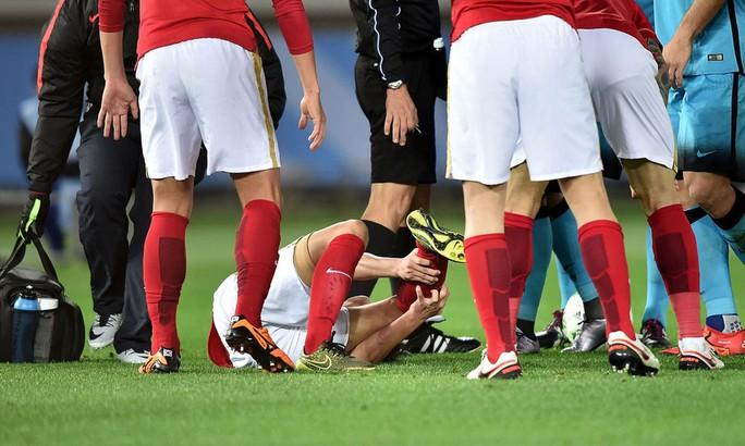 Zheng Zou quằn quại sau pha tranh bóng với Alves