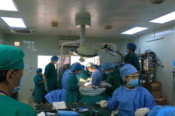 Sau 10 giờ, quà tái sinh của hai ngườ con được đưa vào cơ thể các bậc sinh thành