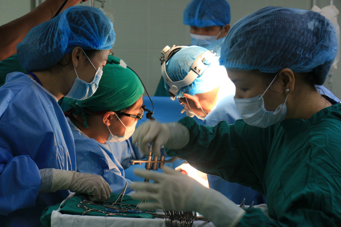 Các bác sĩ đồng thời vừa lấy và ghép gan cho các bệnh nhân