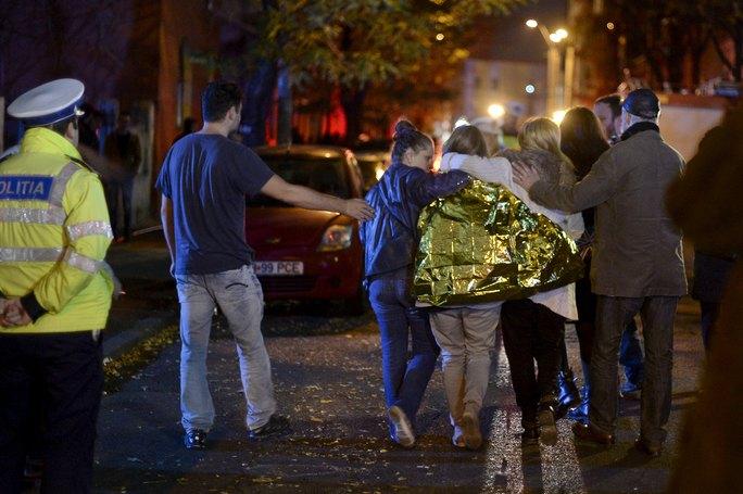Nhiều nạn nhân đang được chữa trị tại bệnh viện do ngạt khói và bỏng. Ảnh: Reuters