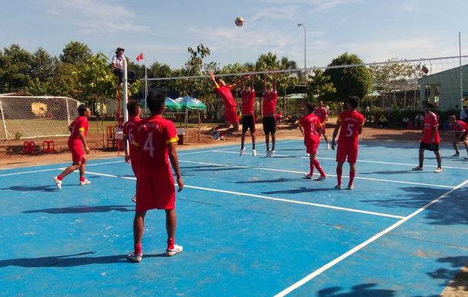 Học viên đang điều trị cai nghiện quyết liệt giằng co trong trận bóng chuyền giữa đội Phú Văn và đội Trường 3