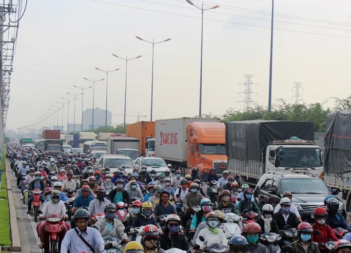 Vụ tai nạn xảy ra trong giờ cao điểm khiến xa lộ Hà Nội bị ùn ứ nghiêm trọng