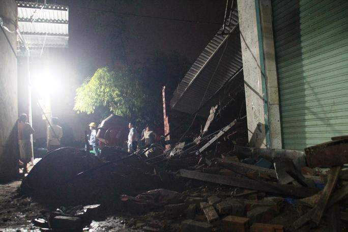Theo người dân, nền đất tại vị trí xây căn nhà khá yếu và căn nhà đang xây nên khi mưa dông đã dẫn đến đổ sập