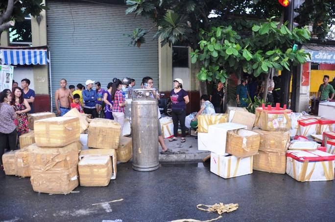 Người dân chuyển nguyên vật liệu và tài sản trong xưởng ra ngoài