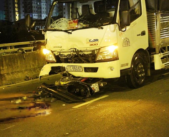Xe tải lõm đầu trong khi xe máy vỡ vụ sau va chạm