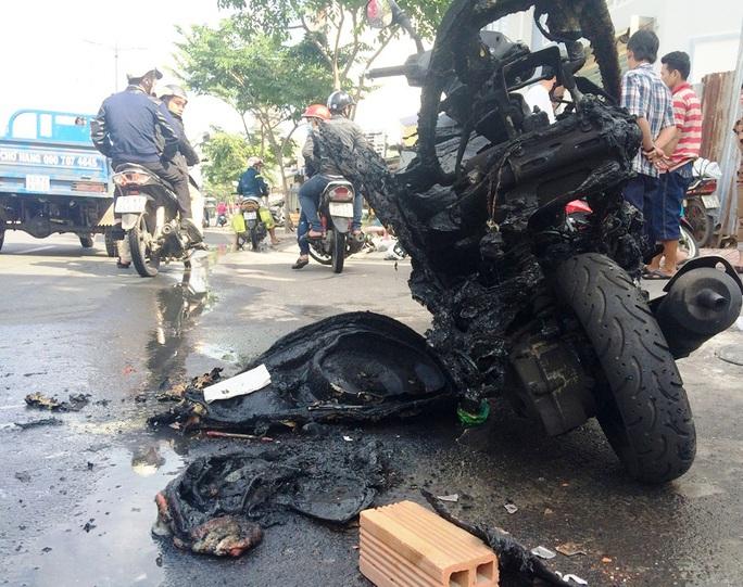 Đang lưu thông, xe máy bất ngờ cháy trơ khung