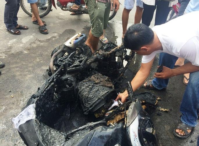 Chiếc xe còn trơ khung sắt sau vụ cháy
