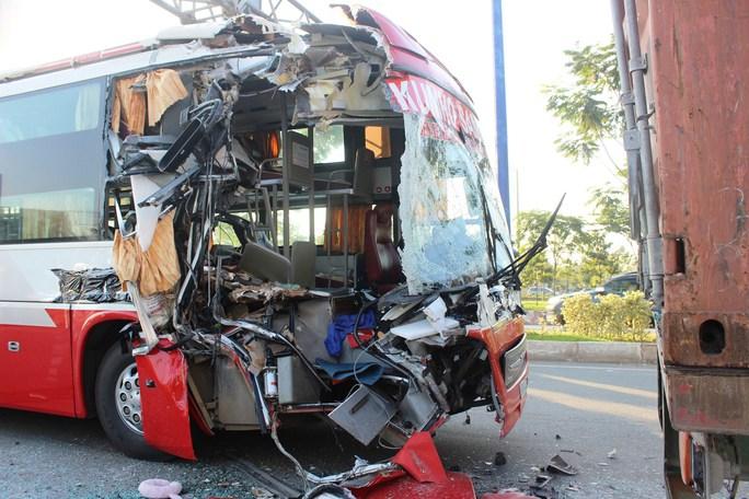 Đầu xe khách bị xé toạc sau vụ va chạm kinh hoàng