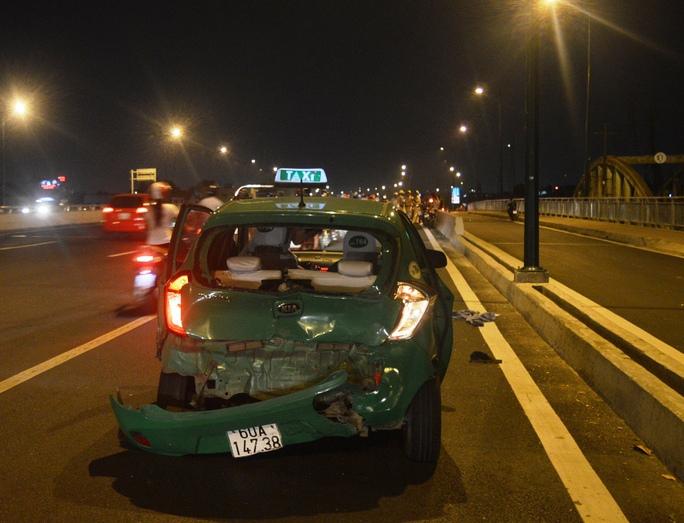 Xe taxi bị tông vỡ nát phần đuôi khiến 1 hành khách bị thương