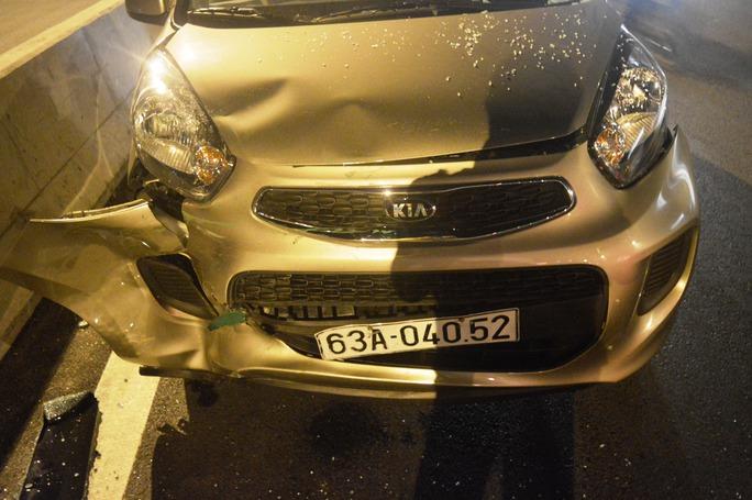 Chiếc ô tô gây tai nạn bị biến dạng phần đầu sau va chạm