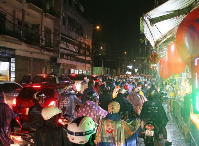 Trên đường Út Tịch (quận Tân Bình), dòng xe lưu thông chậm hơn người đi bộ