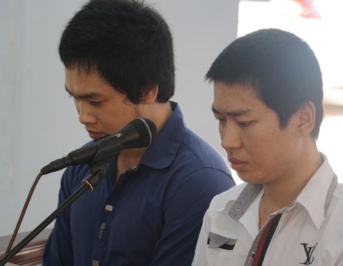 Hoàng Minh Tuấn (áo xanh) cùng Nguyễn Quốc Cường tại phiên xét xử