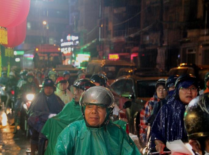 Hàng ngàn người mệt mỏi trong cơn mưa