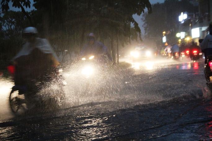 Trong khi đó, đường Hoàng Sa (quận 1) – tuyến đường chưa từng bị ngập nhưng sau cơn mưa lớn vào chiều cùng ngày, nhiều đoạn cũng bị ngập khoảng 30 cm