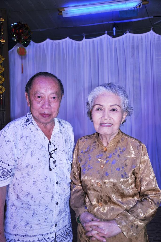 Nghệ sĩ nhiếp ảnh Phong Hà và sầu nữ Út Bạch Lan trong chương trình Đêm hội trăng rằm